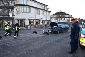 Bilen blev stående mitt i gatan efter olyckan. Föraren klarade sig oskadd.