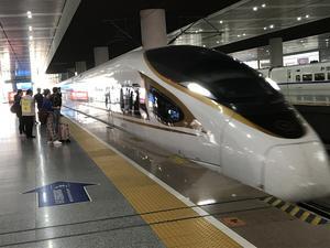 Höghastighetståg i Kina, som gör över 300 km/tim.
