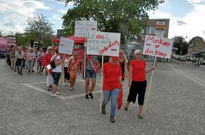 Ett 50-tal undersköterskor samlades vid Rutan i Värnamo på tisdagen i en manifestation för en bättre arbetsmiljö i äldreomsorgen. De gick sedan i samlad tropp till Stadshuset i sällskap med Kommunal, som ordnat manifestationen, och S-kvinnor.