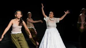 Nayla Espinosa Garcia (tv) är en av två koreografer bakom