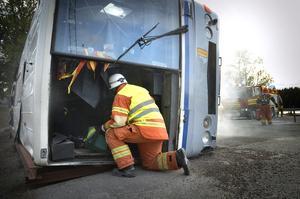 SMO-studenterna är på plats vid den fingerade bussolyckan under samverkansövningen.