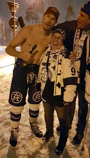 Jon Knuts firar, i bar överkropp och med skridskorna på, tillsammans med fansen i Rättvik efter att hans Leksand besegrat Mora i kvalet till SHL i våras. Foto: Sara Hansson