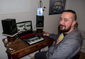 I lägenheten i Söderhamn producerar Sebastian Svahn sin synthwave-musik.