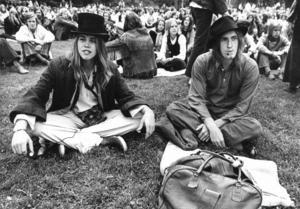 21 juni 1971. Musikfestival i Sommarro. Bildtexten lyder: När det var något speciellt man gillade i musikväg satte man sig nära scenen och tog fram bandspelare. Många hade lagt ner möda på att hitta justa huvudbonader innan de gick på fest.