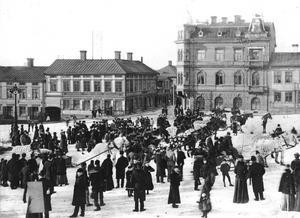 Folkliv på Stortorget vid förra sekelskiftet. Torget och Grand Hotell var i centrum för socialt liv och umgänge. Fot: Ur ÖP:s arkiv.
