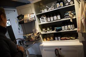 Förutom kök och café säljer Eva också lokalproducerat och miljösnälla produkter. Den hemslungade honungen, bivaxdukar, egenvävda disktrasor och örtsalt finns i hyllorna. Det mesta har Eva Westberg producerat själv. Evas mamma väver också trasmattor som är omåttligt populära.