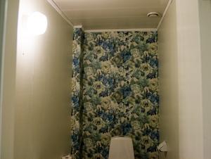 """Toaletten är omtapetserad. """"Här brukar tjejer tycka att vi fått det så fint då vi hade kristallkrona på toaletten. Men nu har vi plockat ner den och skänkt bort"""
