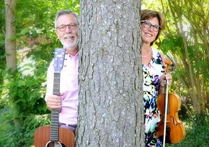 Beppe och Marita Viström från Fridene bjuder på sommarmusik i Bruksvilleparken.