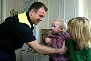 De har tänkt en hel del på händelsen den 31 januari 2002. Nu möttes de äntligen, Hasse, lilla Agnes och Helena. Foto: LEIF JÄDERBERG