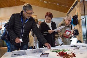 Besökarna kunde samla på sig informationsblad från flera olika organisationer som ställt ut på Aquarena.