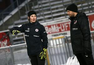 Tove Enblom tillsammans med Kif Örebros målvaktstränare Simon Johansson.
