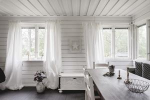 Vita väggar gör att den lilla stugan känns större. Foto: Ralph Welin/Skandiamäklarna