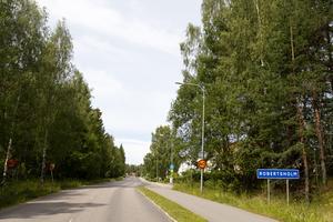 Robertsholm ligger, tre kilometer norr om Hofors centrum.