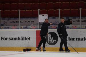 Magnus Sundquist pekar ut riktningen för Brynäs tillsammans med Mikael Holmqvist.