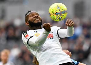 Michael Omoh tar ned bollen på bröstet i matchen mot Djurgården på Tele2 arena 2018.