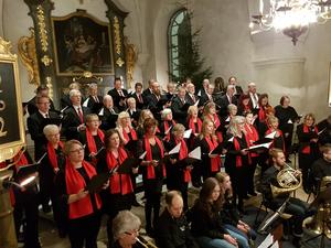 På bilden ses de två körerna tillsammans sjunga Adams julsång. Privat bild.