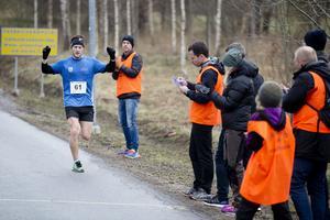 Mattias Nätterlund över mållinjen som trea i Örebro AIK halvmaraton 2015. Året därpå satte han det som blev löparkarriärens snabbaste tid på distansen, 1.12.35, i samma tävling (arkivfoto).