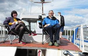 En kaffe i solen som bitvis tittade fram. Brita och Björn Bergefors tillsammans med Lena Bergefors i bakgrunden. Båten är en gammal flottningsbåt från 1936 som fram till 60-talet flottade timmer på Ljungan.