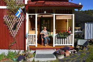 Makarna Johansson bor i ett rött litet hus längst in i det gamla fiskeläget, med egen sjöbod nedanför.