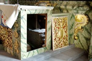 Genom en lucka i altarbordet kan man se resterna av den gamla straffanordningen som ska ha funnits under altaret.