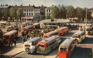 Stortorget, vykort, 1949/Gävle stadsarkiv. Stortorget var kanske ännu mer Gävles hjärta när busstationen låg där.