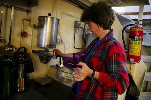 Ångtryck. Marion Eklund visar att till och med kaffekokaren i köket drivs av ånga. Foto:Björn Westerdahl