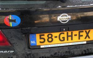 Den samiska flaggan pryder familjens bil.