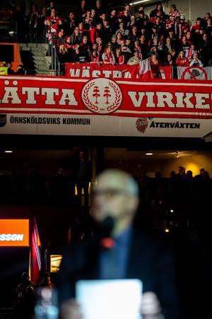 Sture Andersson hade en del (dock inte alla) högljudda Timrå fans bakom ryggen. Bild: Erik Mårtensson/Bildbyrån
