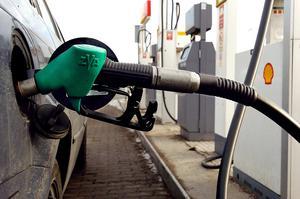Bilist tankar bensin.
