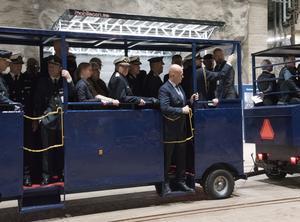 Ett specialbyggt tåg tog deltagarna till det bergrum där man höll invigningen.