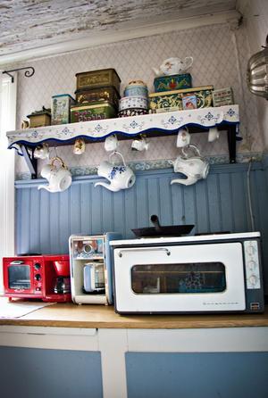 Än så länge får familjen klara sig med den gamla bänkspisen från 50-talet. Men en köksrust står på tur. Den ska dock göras så varsamt det bara går och köksskåpen ska behållas.