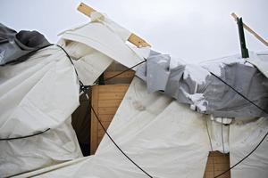 Revor på sammanlagt hundratals meter löper över den trasiga tältduken.