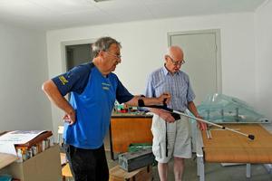 Anders Ellner och Knut Barr tittar på den rullande ritning över hela linbanans sträckning som Rudolf Ellner gjorde. Där fanns uppgifter om varenda mast och varenda kabel – ovärderligt för att snabbt kunna reparera när något gick sönder.