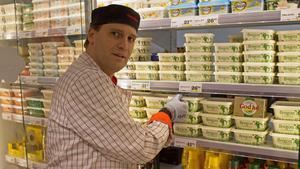 Claes Alenius, färskvaruchef på Hemköp City i Falun, ser att efterfrågan på grädde och fet ost är stor.