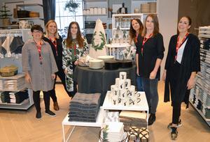 Personalen på H&M är laddad för nyöppning. Här ses några av de anställda, från vänster Annika Selin, Ellinor Norberg, Malin Dahlberg, Annica Gustafsson, Anna Morelius och Zabina Messing.