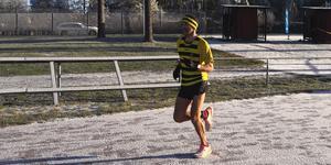 Foto: Enhörna IF.  Nathan Tanner Malmén som sprang in som tvåa med tiden 1.19.56 och blev därmed bäst bland Enhörnas löpare.
