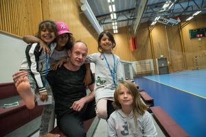 Emilija, Elisa, Zaynae och Patricia är några av de regelbundna besökarna i Skönsbergshallen.