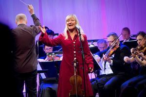 Konsertens absoluta höjdpunkt var när Lena Willemark sjöng vallåtar efter Nörstmo Halvar, en hornblåsare från Malung. Men vem har gjort orkesterarrangemanget?Foto: Thomas Fahlander