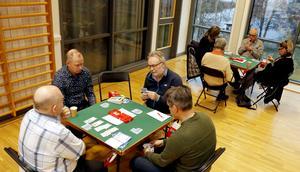 Spelarna vid bordet närmast är från vänster Bo-Henry Ek, Kenneth Wallin, Nils Andersson och Pasi Kallio.