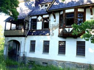 I den här byggnaden gick Peggy och hennes bror i förskola och de bodde också här i veckorna.