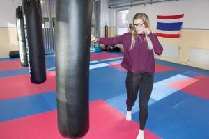 Elin måttar några slag mot en sandsäck. Men när det ska hållas en självförsvarskurs för kvinnor här blir det en helt annan typ av träning.