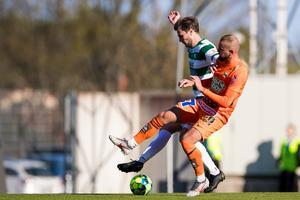 Jonas Hellgren i en av sina många dueller under matchen.        Foto: Kenta Jönsson / BILDBYRÅN