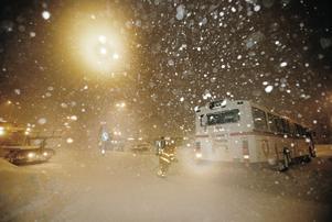 På söndagskvällen  fastnade en  buss i snöhögarna vid Centralen i Gävle. Bussen drogs loss med bärgningsbil.