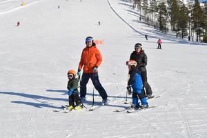 Ida Einarsson och Tommy Halvarsson med barnen Oscar och Axel.