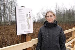 Emma Matschoss-Falck har jobbat i flera år med Sjömossenprojektet. Längs spången finns skyltar med information om områdets nyttoeffekter.