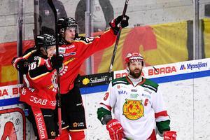Emil Larsson är stekhet. Här jublar han tillsammans med Einar Emanuelsson efter av sina två mål mot Mora.Foto: Simon Eliasson/Bildbyrån