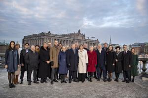 Statsminister Stefan Löfvens nya regering fotograferad på Lejonbacken framför Riksdagshuset i Stockholm. Foto: Jessica Gow / TT