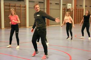 Michael Pihl stod längst fram och visade vilka rörelser som gällde i dansen.