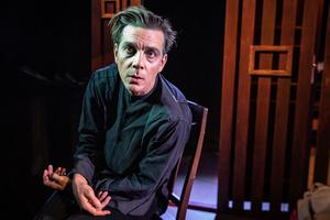 Björn Johansson, en av Folkteaterns skådespelsre som turas om att spela Gregor Samsa i Kafkas