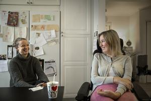 Assistenten Stina Willman och Sofia Román hemma i villan i Bältarbo.
